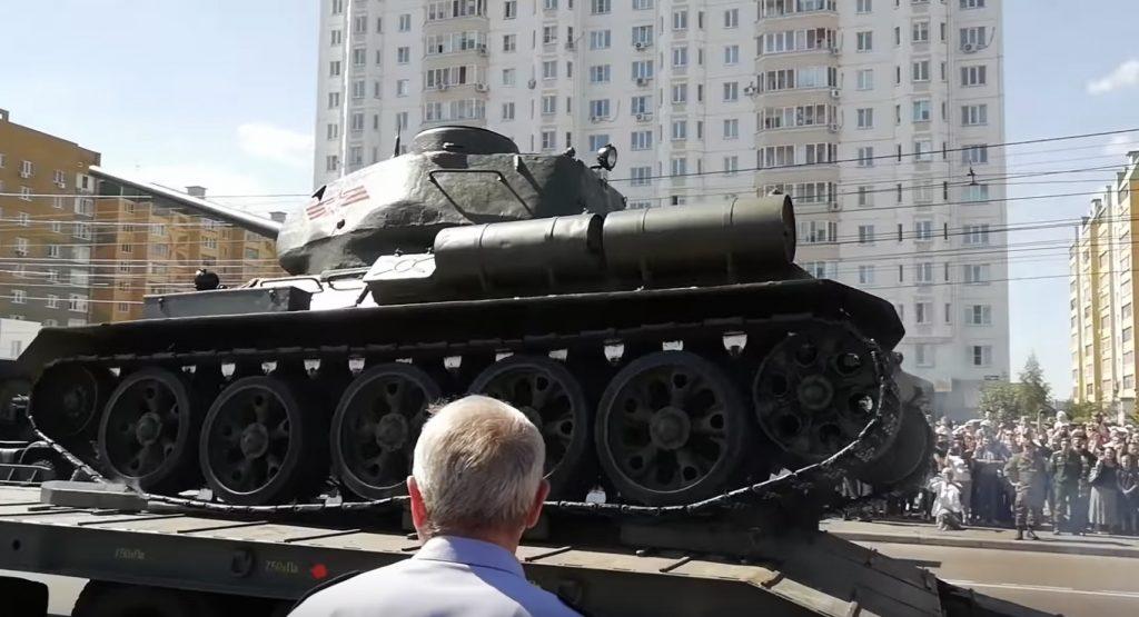 【ロシア】パレードでトラックの荷台に乗ろうとした戦車が裏返しになり「皮肉だね」の声