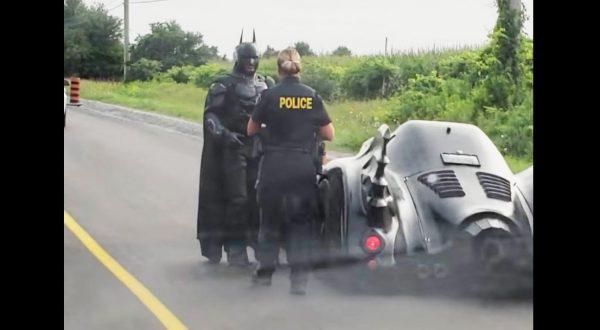 警察に捕まったバットモービルから、バットマンがカッコ良く飛び出てきたと話題に!しかしそこには超カッコいい理由があった!