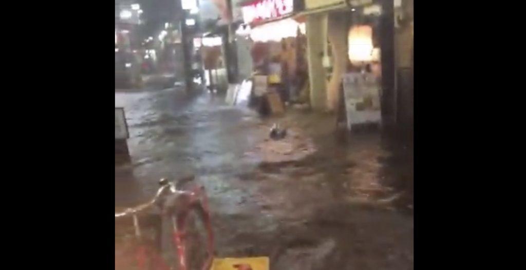 【阿佐ヶ谷】記録的短時間大雨で、道が川になってしまったと話題に!色々なものが流されてしまう