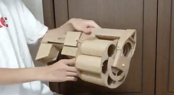トイレットペーパーの芯を発射する「リボルバー・ランチャー」を段ボールと割りばしで自作し話題に!