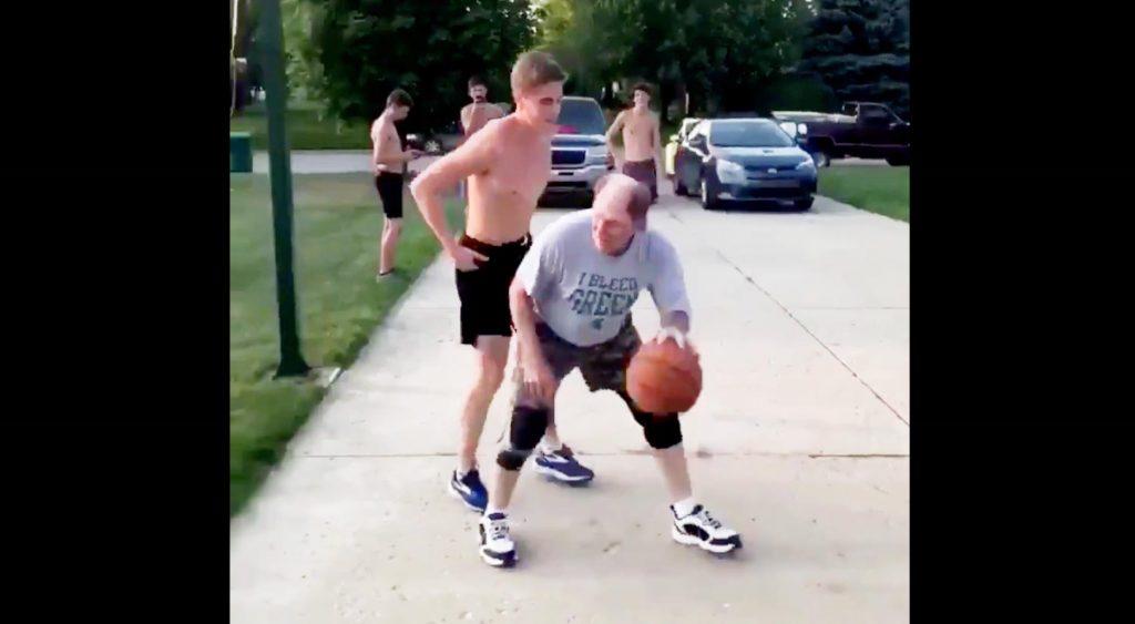 おじいさんがバスケで見せた見事なフェイクが「天才的な発想!」「笑った」など話題に!