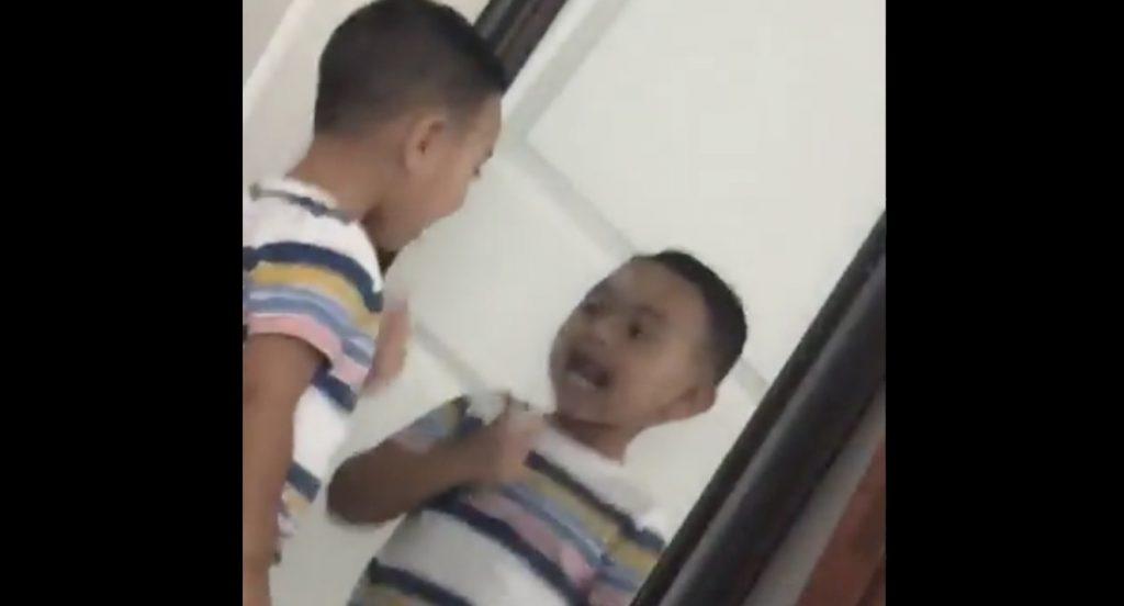 【未来を映す鏡】鏡の中の少年が先に動き出す!目を疑う動画が世界中で話題に!