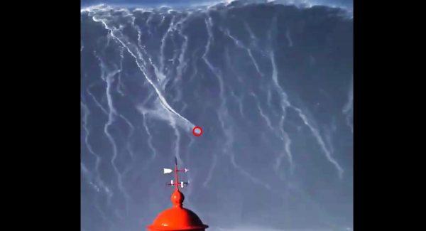 【鳥肌】高さ24.38メートルの巨大な波に乗り世界記録を更新したサーファーの映像に鳥肌!