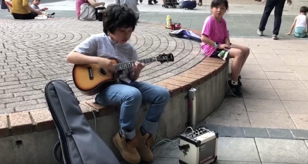【鳥肌】小さな男の子のウクレレ演奏が素晴らしすぎると話題に!小さな体からは信じられない激しい演奏!