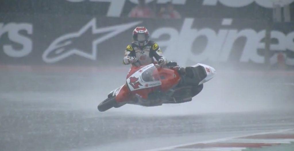 【神技】転倒したバイクを、凄いバランス感覚でサーフィンのように乗りこなす日本人選手が世界で話題に!