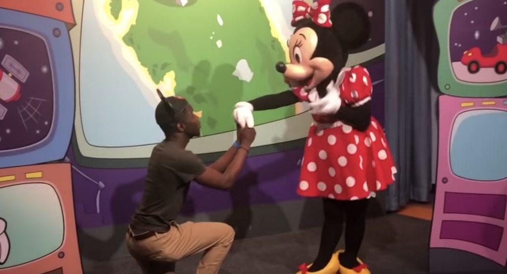 男性からのプロポーズを受け入れたミニー。それを見ていたミッキーの反応が面白いと話題に笑