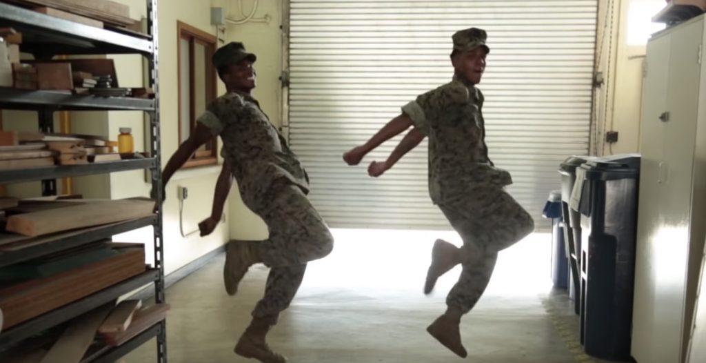 「鬼」ともいわれるアメリカ海兵隊員が、DA PUMPの「U.S.A」を楽しそうに踊る動画が話題に!