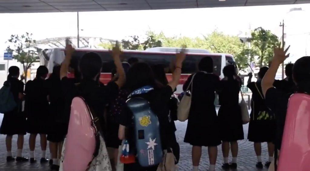負けてしまった日大三高の吹奏楽部員が、金足農業の吹奏楽部員が乗るバスを全力エールで見送る動画が話題に!