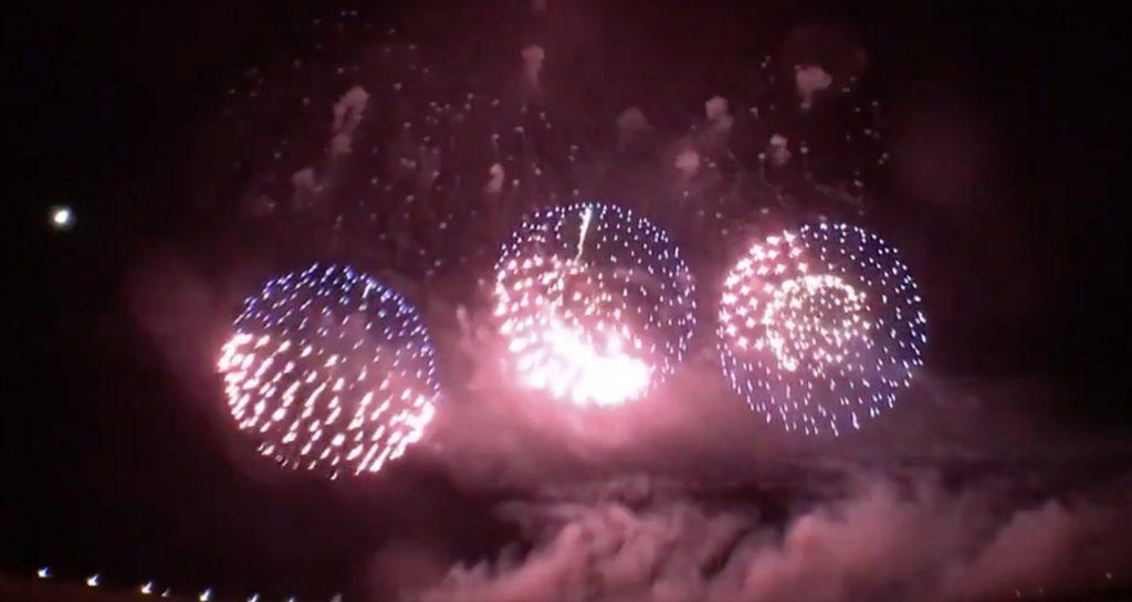 【職人技】「赤川花火大会」で打ち上げられた見た事のない光り方の花火が凄いと話題に!「中にLED入ってるみたい」などの声