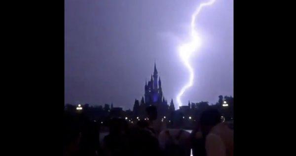 【動画】シンデレラ城が、雷のせいで悪魔城みたいになってしまったと話題に笑