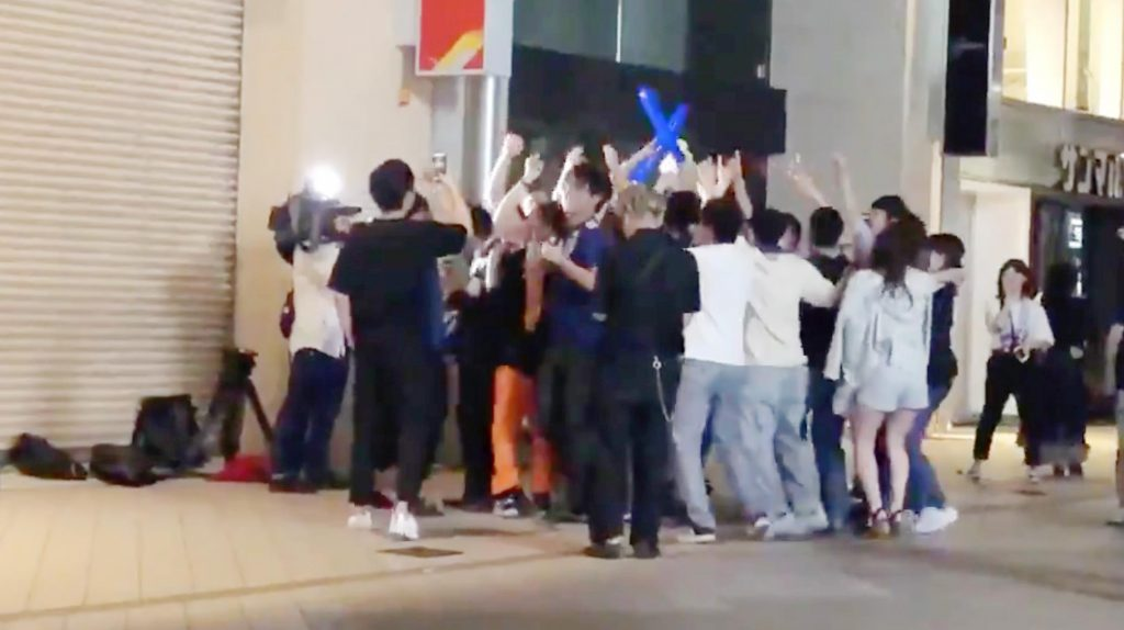 テレビの「ヤラセ」の瞬間が撮影され物議!「サッカー日本代表に熱狂する若者」の演出のため、突然盛り上がるエキストラたち