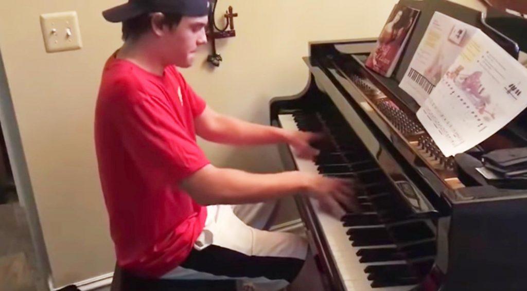 ピザの配達青年にピアノを演奏させてあげたら、素晴らしい才能だったと話題に!