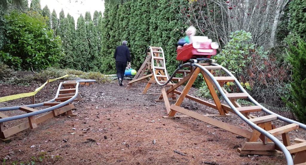 元航空宇宙エンジニアのおじいさんが、孫のために裏庭に作ったローラーコースターが凄い!