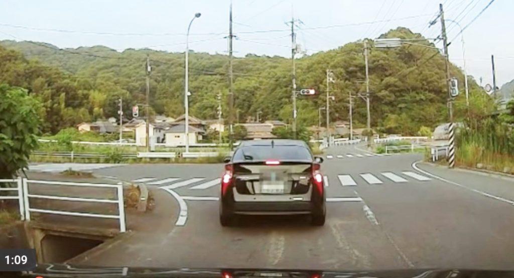 【神対応】前を行く車が当て逃げ!一般市民が追跡して警察に協力する動画が話題に!