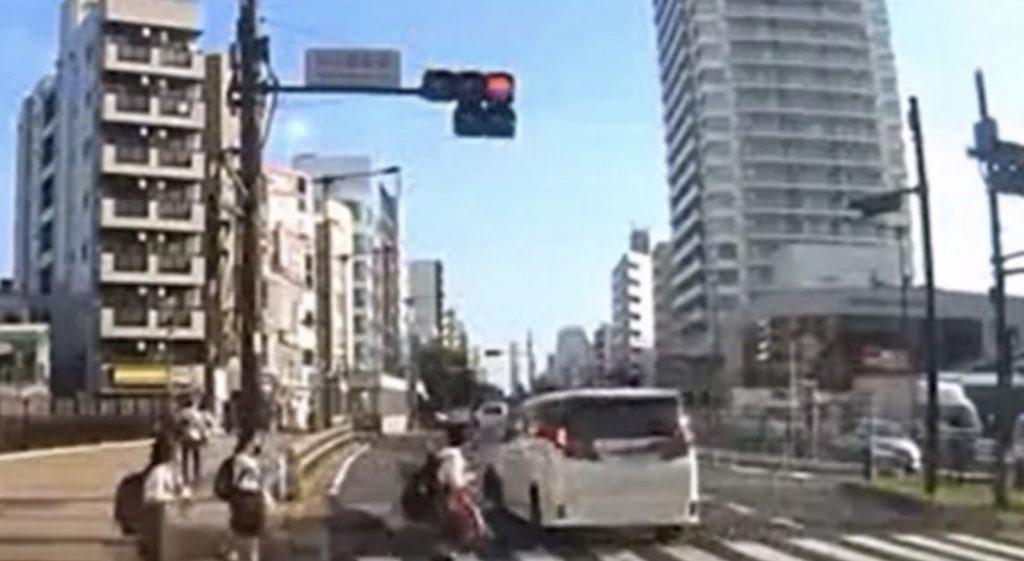 吉澤ひとみ容疑者のひき逃げの瞬間の映像が公開!「歩行者の態度も怖い」「供述と違う」の声
