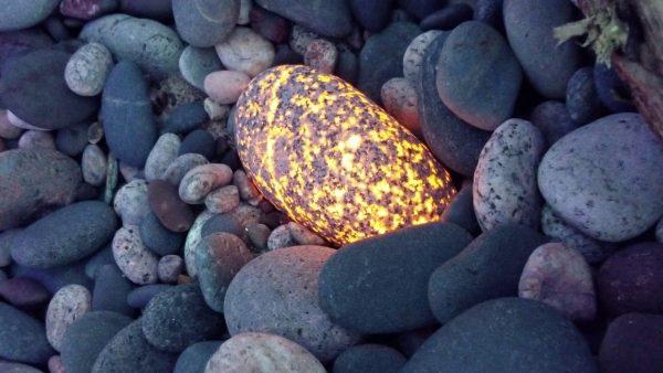 新種の「光る石」が発見され話題に!ニセモノと思われるも、大学の調査で新種と判明!