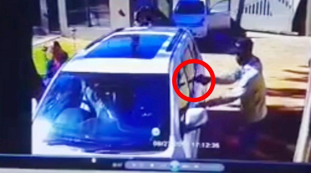 強盗に襲われた女性。しかし車を急発進して体当たりで撃退してしまう!