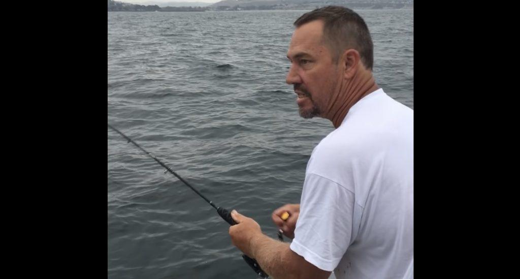 魚が釣れたものの水面で針が外れてしまった男性。次の瞬間の男性の思わぬ行動に爆笑