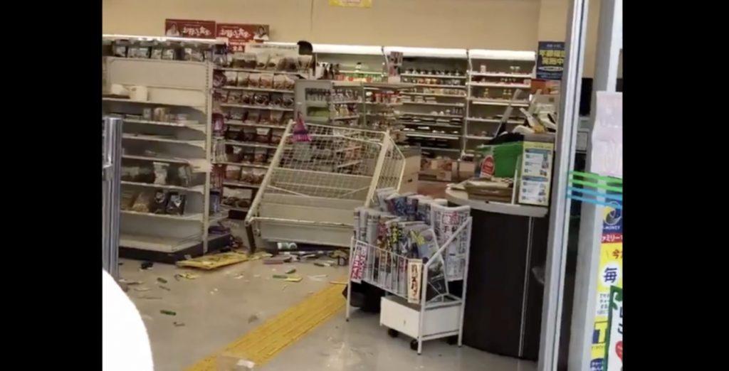 【大阪】コンビニで酒瓶を投げて店内をめちゃくちゃにする男が目撃され話題に!