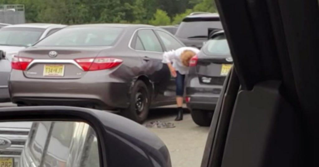 運転が下手すぎる女性が、隣の車をボコボコに。証拠隠滅を図るその後の対応が物議