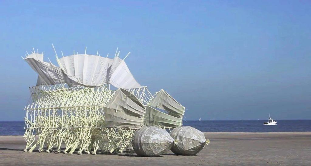 テオ・ヤンセンの最新「キネティックアート」が進化しすぎでスゴい!