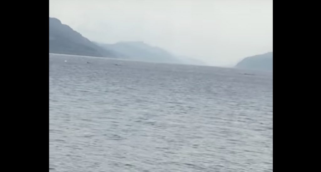 ネス湖で不自然な波が撮影され話題に!何かが泳いでいるように見える