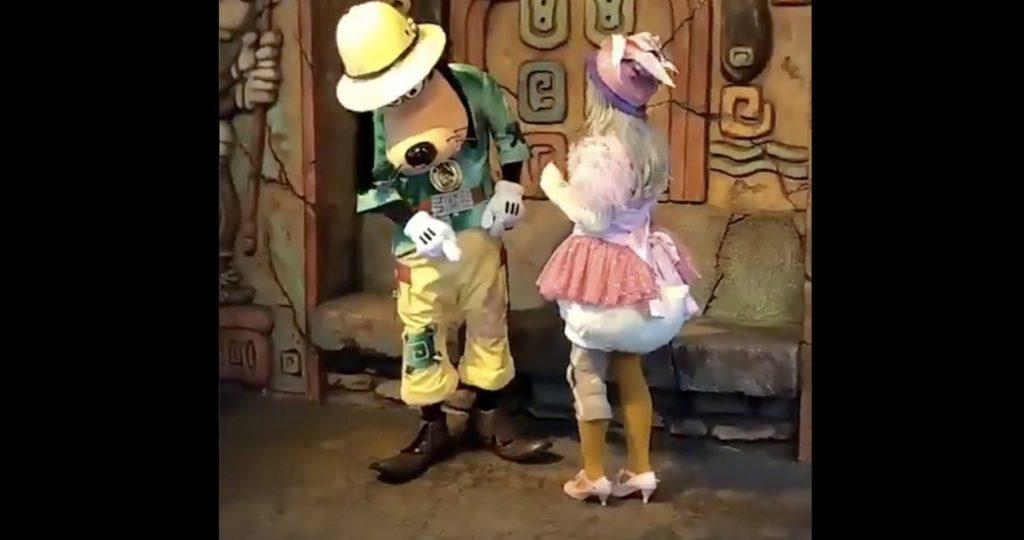 【神対応】東京ディズニーシーで、足にサポーターをしていた女性へのグーフィーの紳士的な対応が話題に!