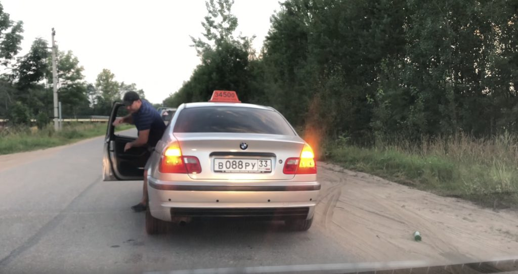 【神対応】タクシーの窓から空瓶を捨てた客。運転手さんの神対応が話題に!