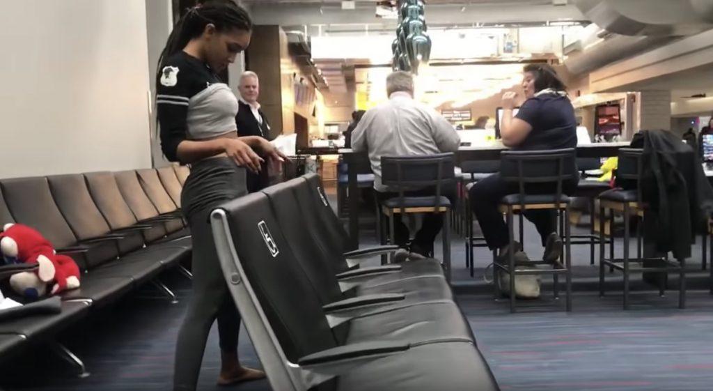【神技】座席と床の隙間をリンボーダンスでくぐってしまう少女が凄いと話題に!