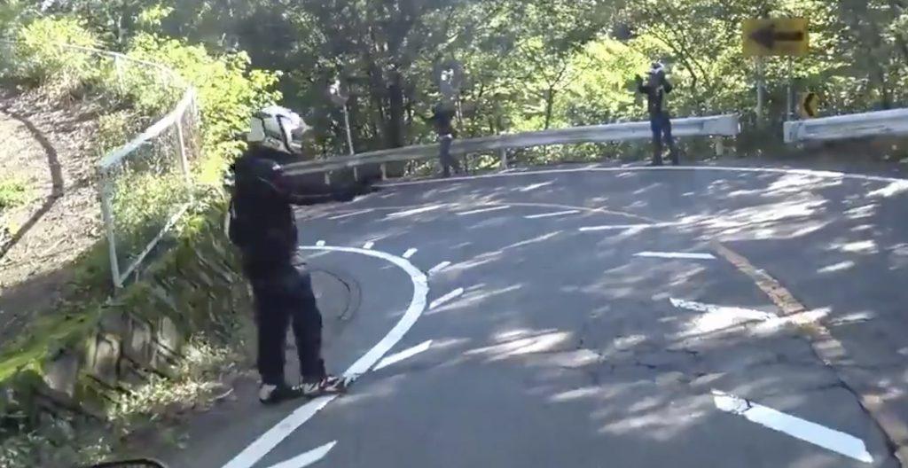 【神対応】カーブでの事故、通りすがりのライダーたちが二次被害防止の交通整理をする様子が話題に!