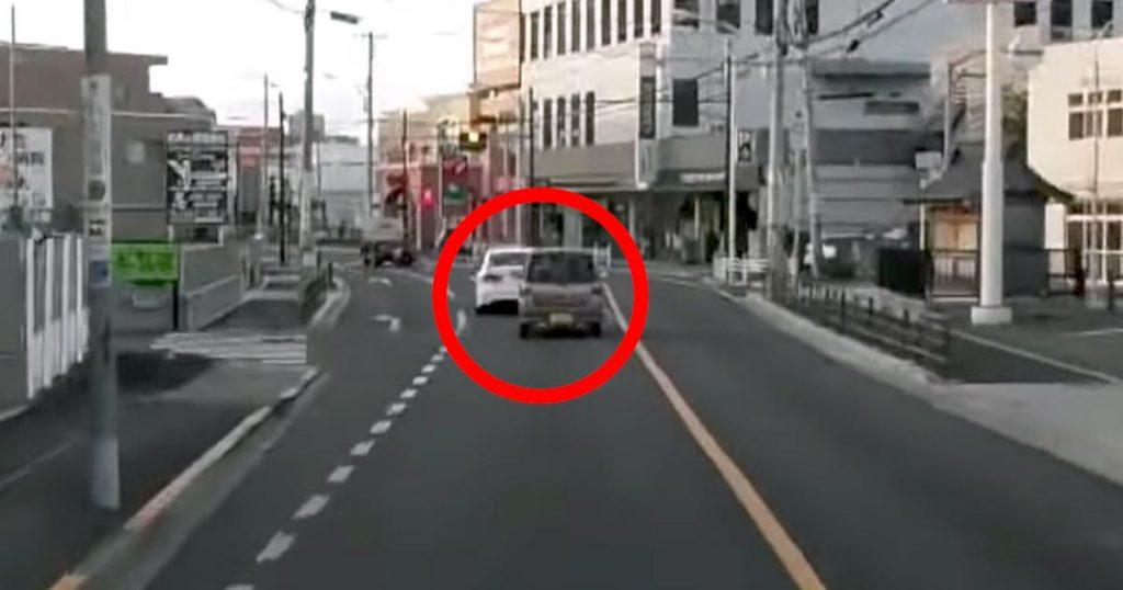 ベタ付けでアオる軽自動車。前方の車が信号で停車すると、ありえないハンドル捌きで信号無視していった!