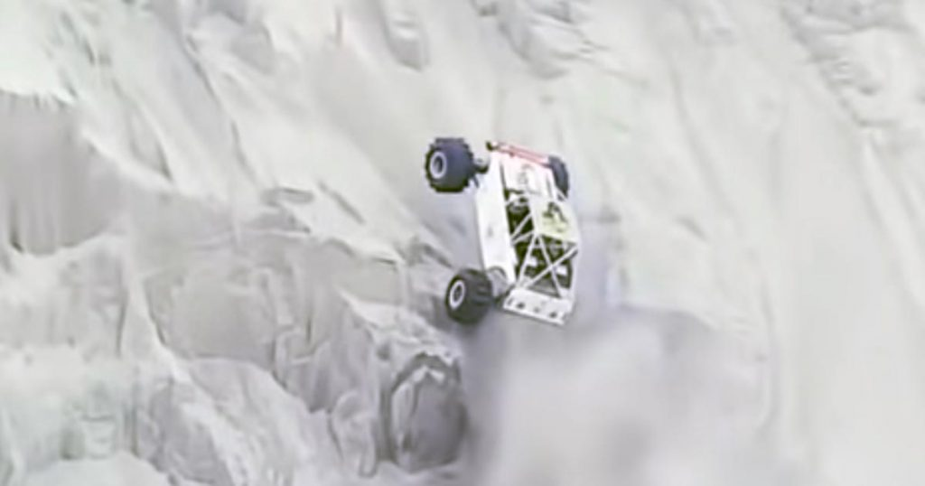 【神技】ほぼ垂直の崖を登り切ってしまうバギーの動画が話題に!