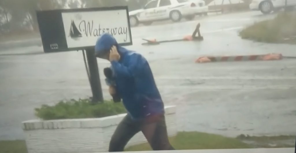 【放送事故】飛ばされそうになりながらハリケーンの凄さを伝えるリポーター。しかし背後に映ってはいけないものが映り込み話題に笑「オスカーを与えたい」の声