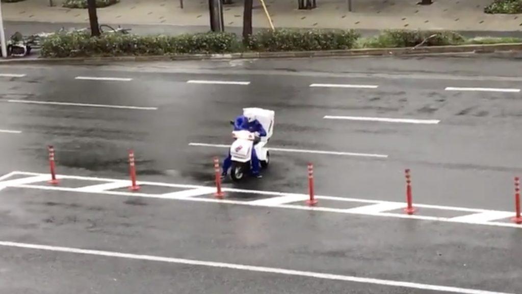 【台風21号】猛烈な風の中配達しようとしたドミノピザの配達員。しかし、バイクもピザも人も飛ばされてしまった動画が物議!