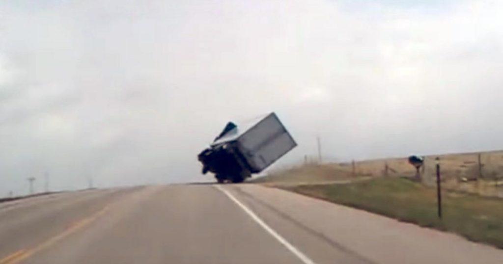 【神技】横風を受け倒れそうになったトラックが、凄技で横転を回避する!