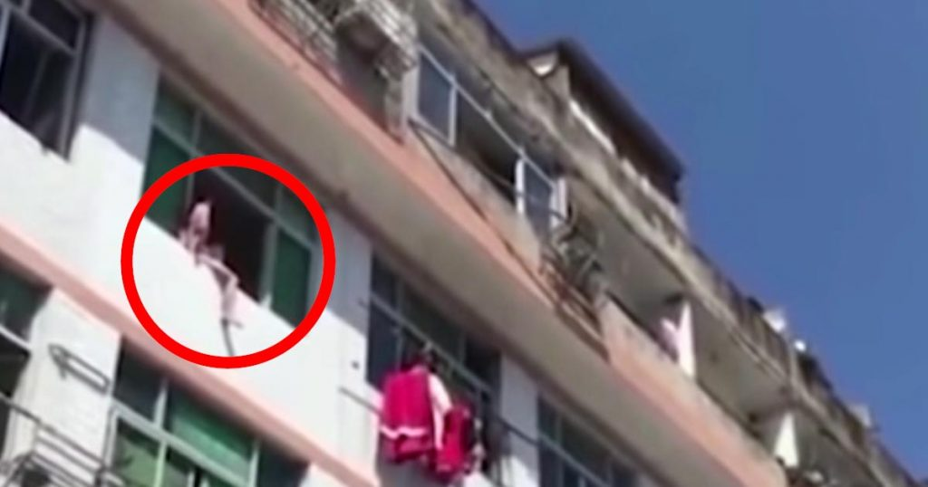 飛び降りようとしていた女性が、「消防士ならでは」の凄い方法で救助される!「とても良い発想」の声