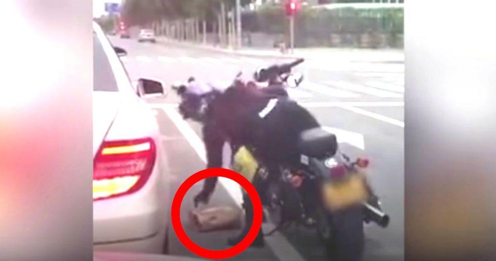 車の窓から落ちたゴミを、拾って戻してあげる優しいバイク乗りさん。戻された車の女性はなぜか激怒!