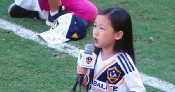 サッカーの試合で、7歳の少女がアメリカ国歌を熱唱!その圧倒的歌唱力に会場中が大盛り上がりに!「7歳の歌声とは思えない!」の声