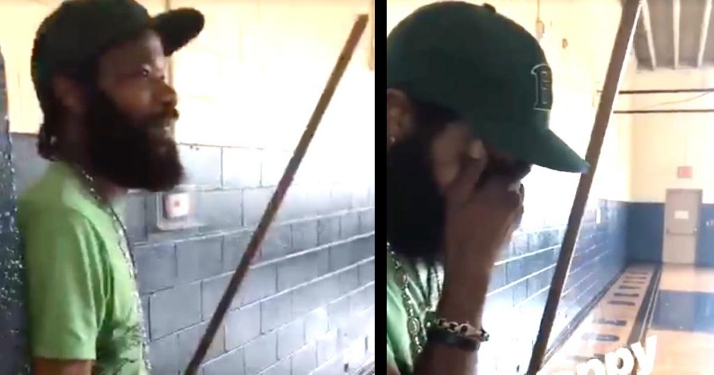 「生徒たちが体育館を汚してしまったので、綺麗にして」と頼まれた清掃員の男性。しかし体育館には感動のサプライズが用意されていて号泣!