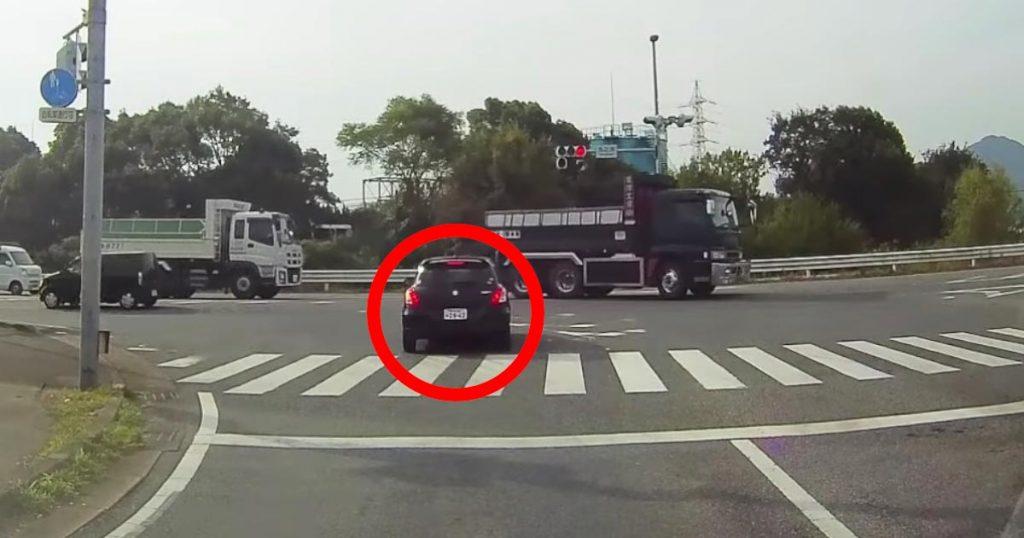 信号無視に逆走、蛇行運転。。ヤバすぎる運転の高齢ドライバーに物議!「認知症かも」「想像以上」「免許返納した方が本人も家族も幸せ」の声