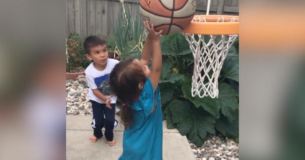 顔面にボールが当たって泣いてしまった妹。それを見たお兄ちゃんの行動に惚れた!「どうやったらこんな子が育つんだ」などの声