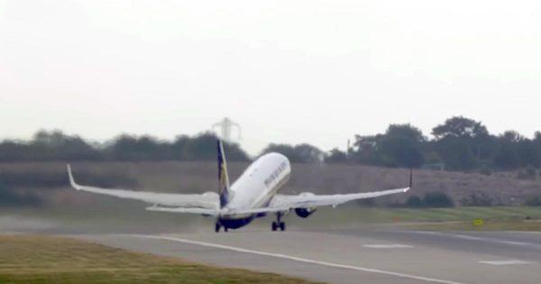 離陸中に突風にあおられてしまった飛行機が話題に!「これは制御が難しいだろう」「パイロットグッジョブ!」などの声