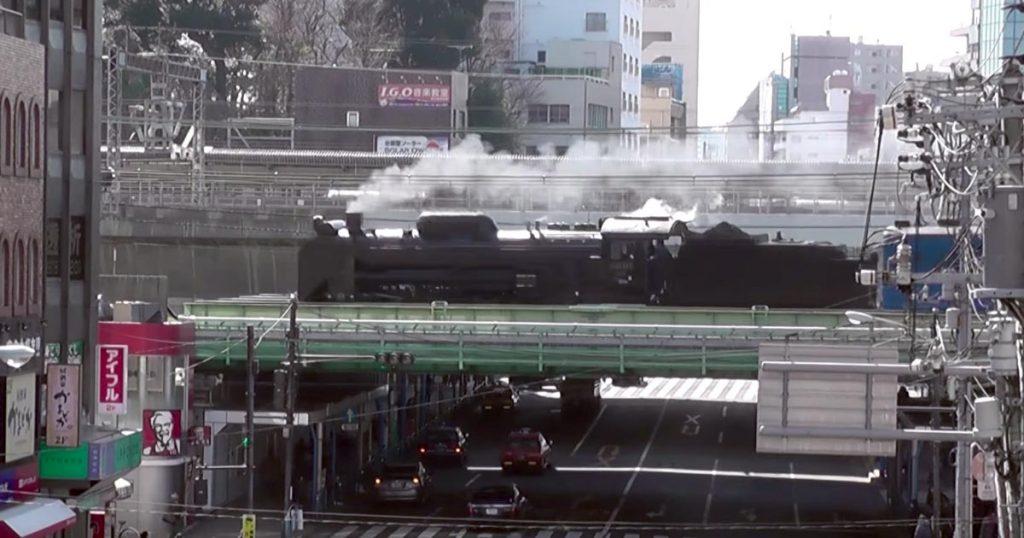 都内を蒸気機関車が走る光景に歩行者もびっくり!漆黒のボディの迫力がハンパない!