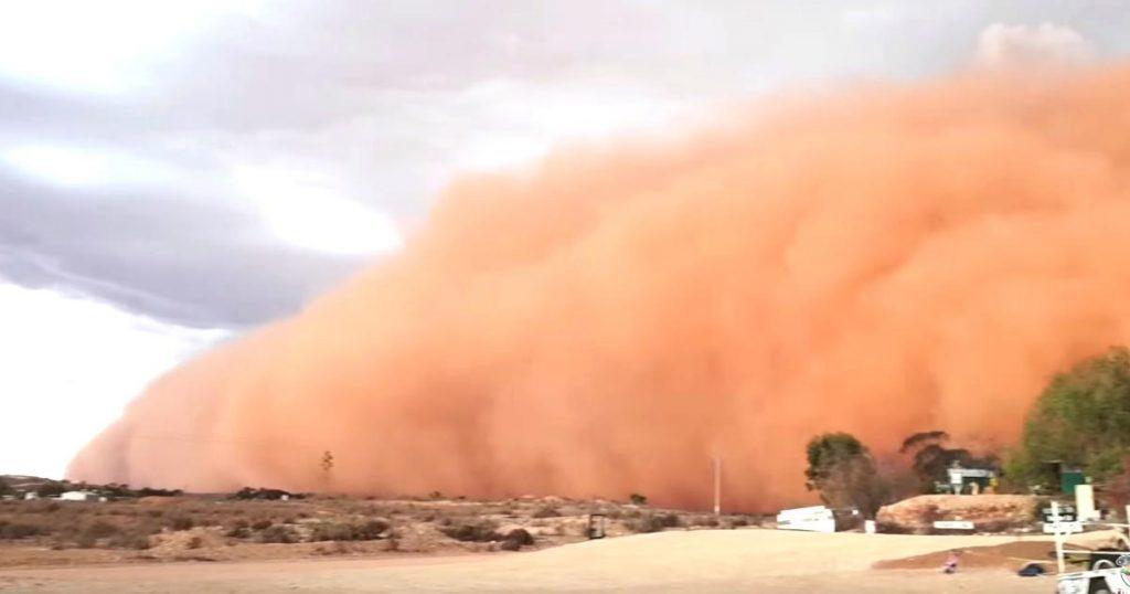 砂嵐がオーストラリアの街を飲み込んでいく動画がヤバいと話題に!最後はカメラも飲み込まれてしまう!