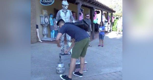 通りかかった普通の観光客っぽいお兄さん。しかし、動きからすぐに只者ではないことが分かる!