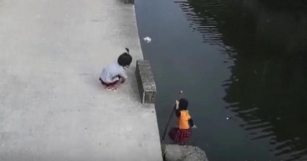 川に落ちてしまった子供。しかしすぐにヒーローが現れ川に飛び込み救助し話題に!