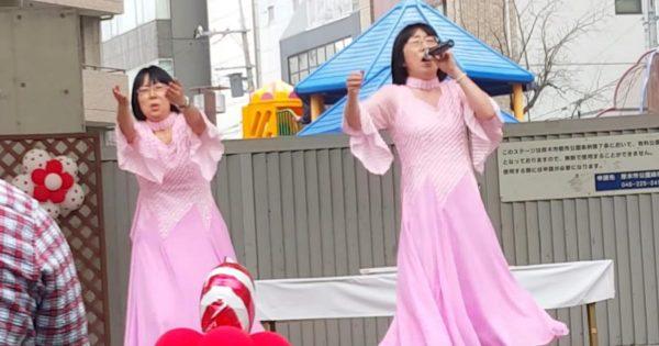 クイーンの映画の影響で、阿佐ヶ谷姉妹が歌う「ボヘミアン」が上手すぎると話題に!変な踊りも面白すぎる笑