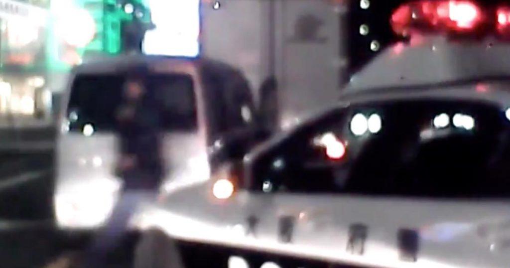 トラックを煽って車間詰め詰めで走っていた軽自動車が、自業自得なことになってしまう