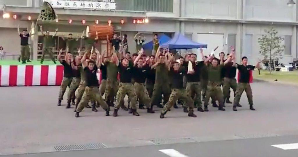 DA PUMP「U.S.A.」を楽しそうに踊る自衛隊員たち。普段は大変な任務につく隊員たちの最高の笑顔に「ありがとう!」