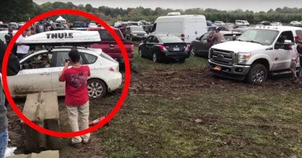 外国人「さすがスバルだ!」泥にはまってしまった大きな車を救出するスバル・インプレッサが話題に!